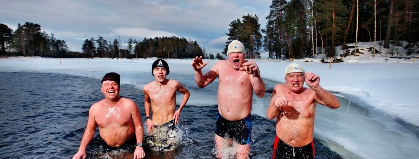 Vier Männer springen ins Eiswasser.