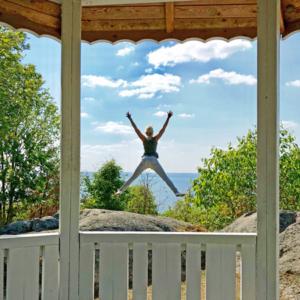 Frau hüpft froh in die Luft.