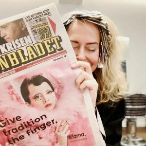 Maike lacht und liest die Zeitung mit der Klarna Anzeige