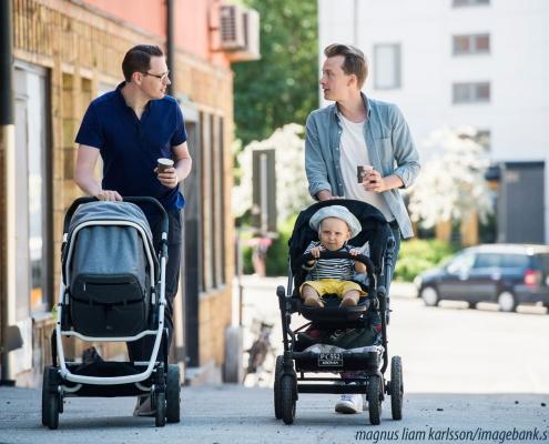 Schwedische Väter schieben Kinderwagen