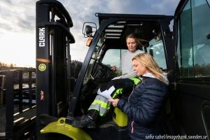 Weibliche Mitarbeiter lesen Dokumente auf dem Bau